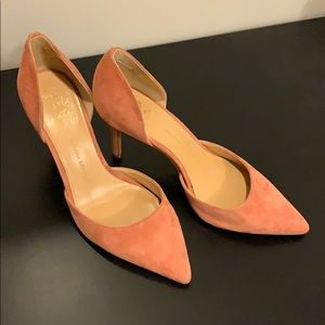 Suede light pink pumps